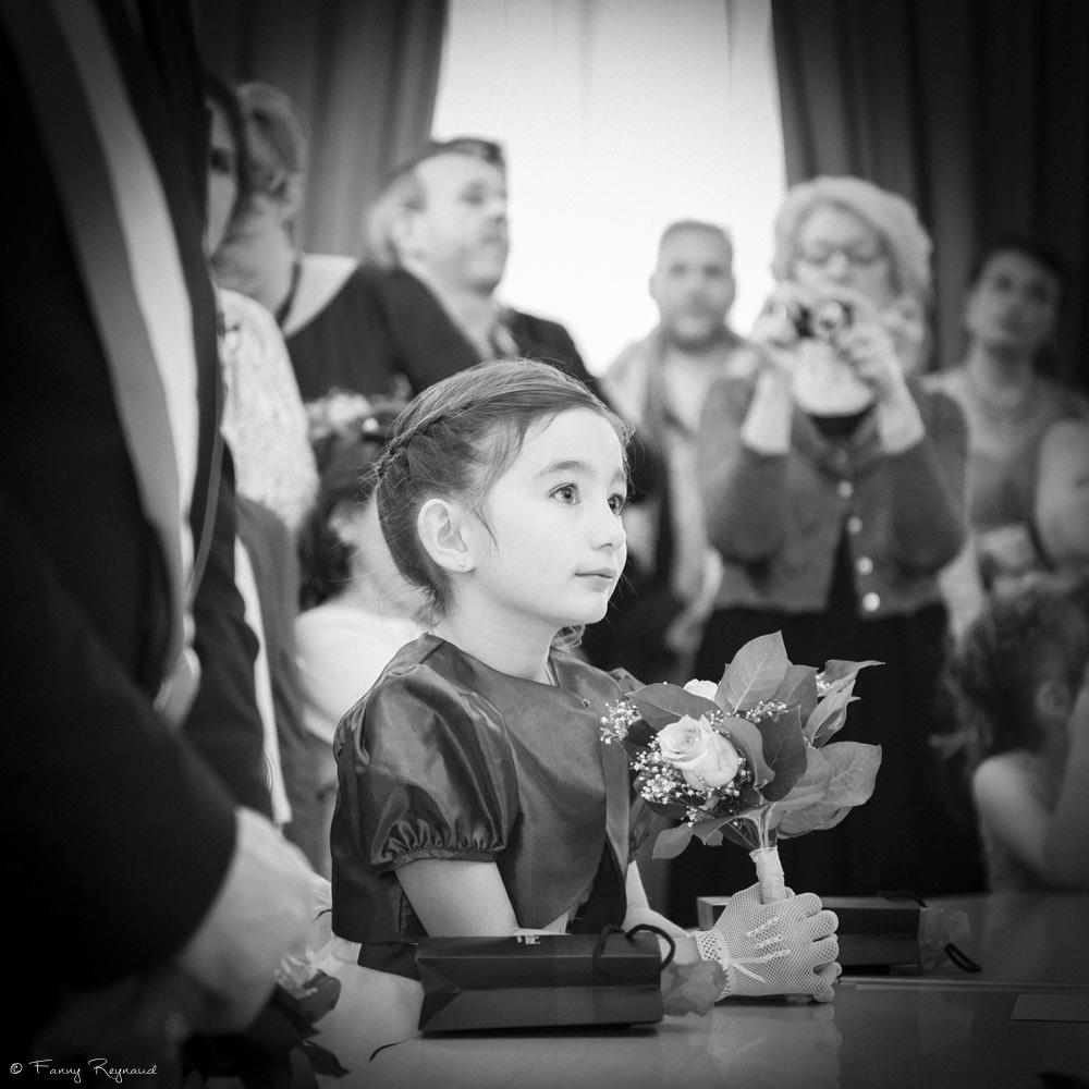 petite-fille-bouquet-mariage-noir-blanc