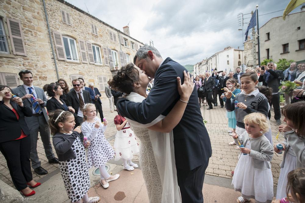 sortie-mairie-baiser-maries