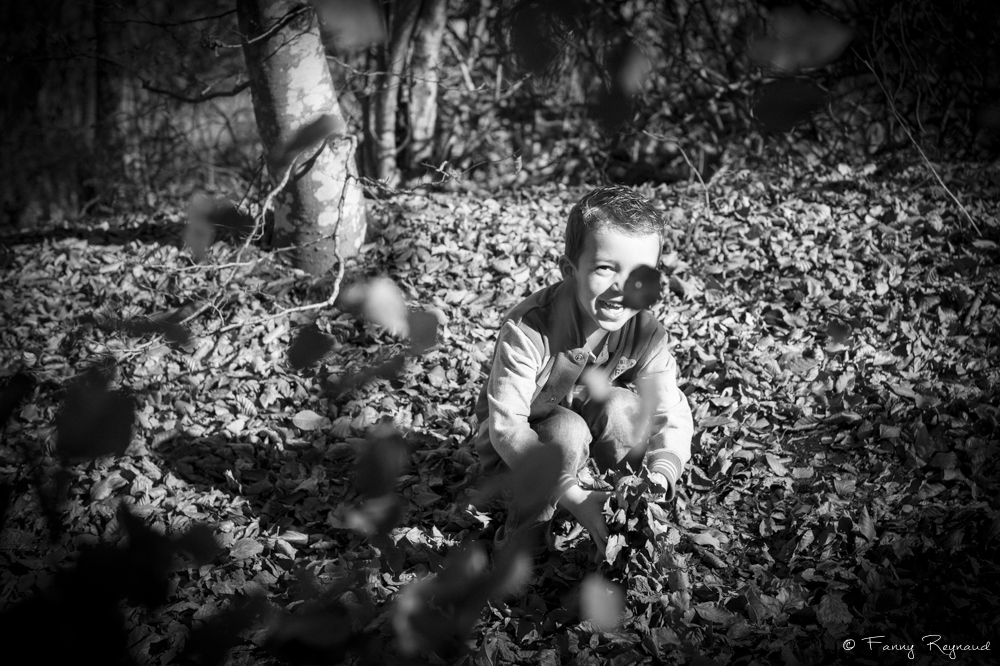 portrait-petit-garcon-feuille-automne