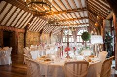 Salle de réception d'un château en auvergne pour le diner d'un mariage.