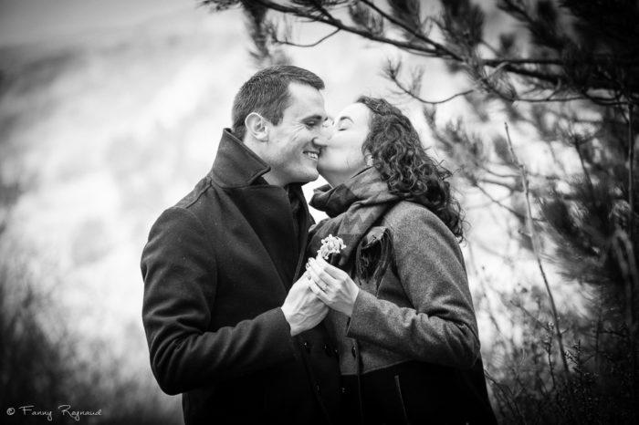 Photo de couple en extérieur en lumière naturelle en auvergne à la roche-blanche près de clermont-ferrand pendant une séance préparatoire.