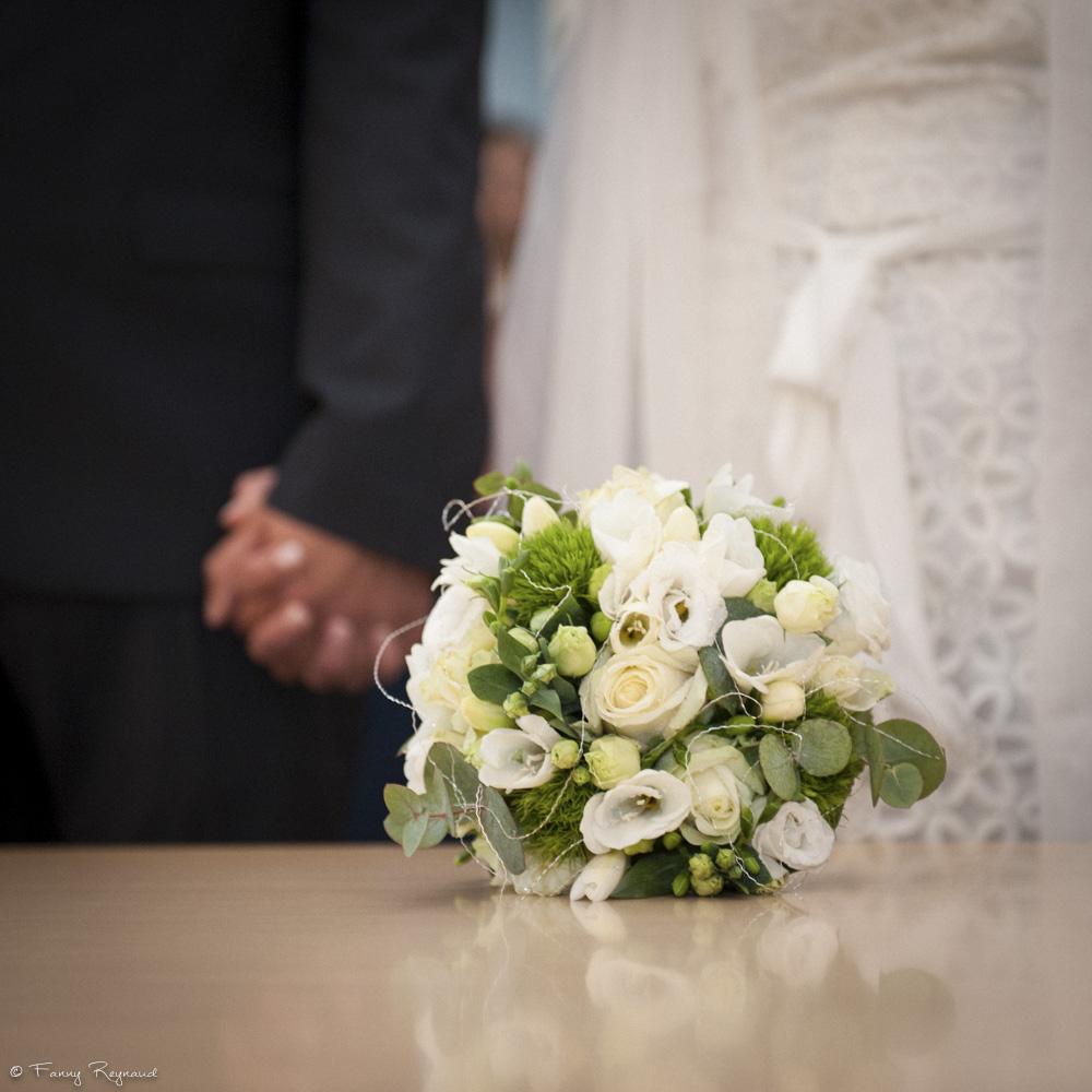 Bouquet de mariage de printemps photographié durant la cérémonie à la mairie.