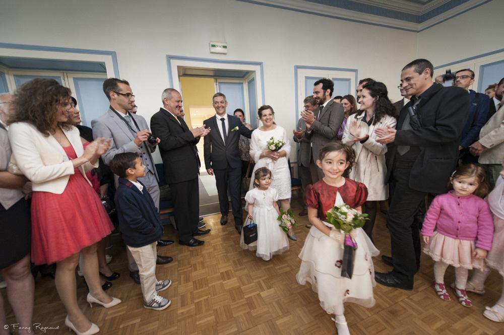 Entrée des mariés dans la salle des mariages à la mairie de vic-le-comte © Fanny Reynaud photographe professionnel de mariage à clermont-ferrand.
