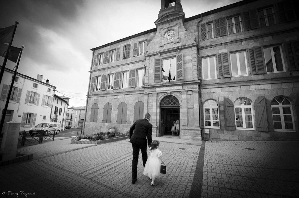 Arrivée du marié par un temps gris à la mairie de vic-le-comte. © Fanny Reynaud photographe de mariage professionnelle.