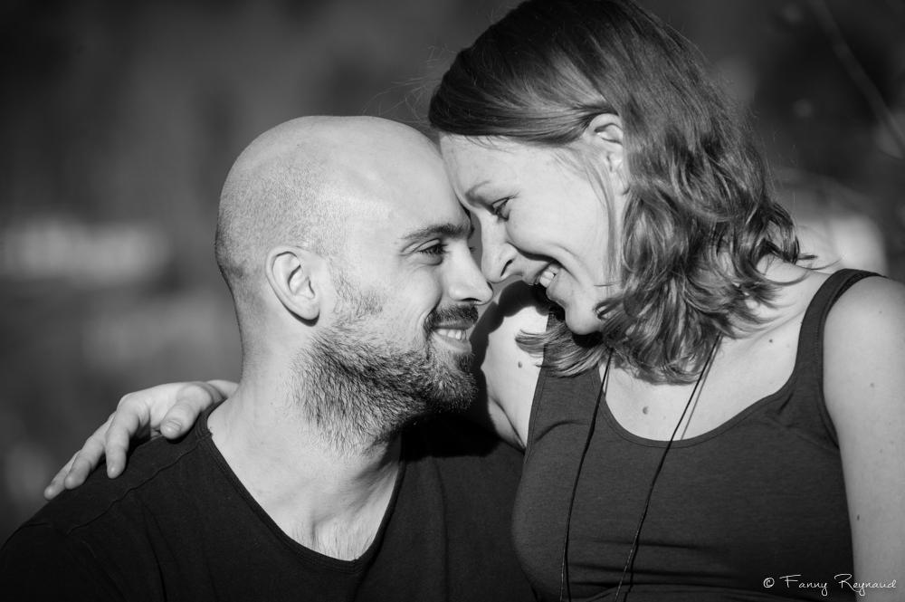 Portrait serré d'un couple en noir et blanc : front contre front ils se regardent dans les yeux. Image extraite d'une séance photo dans la nature autour de clermont-ferrand par une photographe professionnelle.