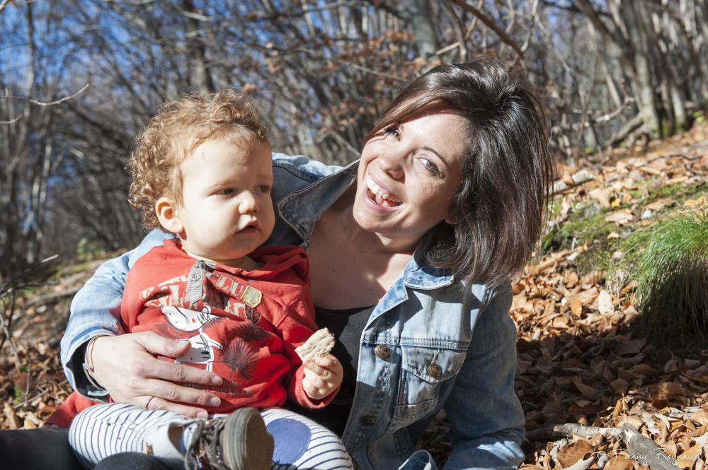 Portrait d'une maman et son jeune fils dans la forêt auvergnate dans la chaine des puys des volcans d'auvergne. Extraite d'une séance photo en extérieur par fanny reynaud photographe professionnelle.