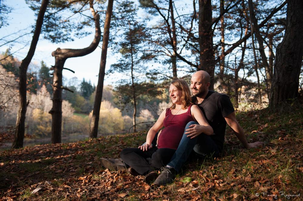 Shooting grossesse en extérieur dans la forêt près du lac de la cassière dans le puy-de-dome (63) par un photographe professionnel de clermont-ferrand.