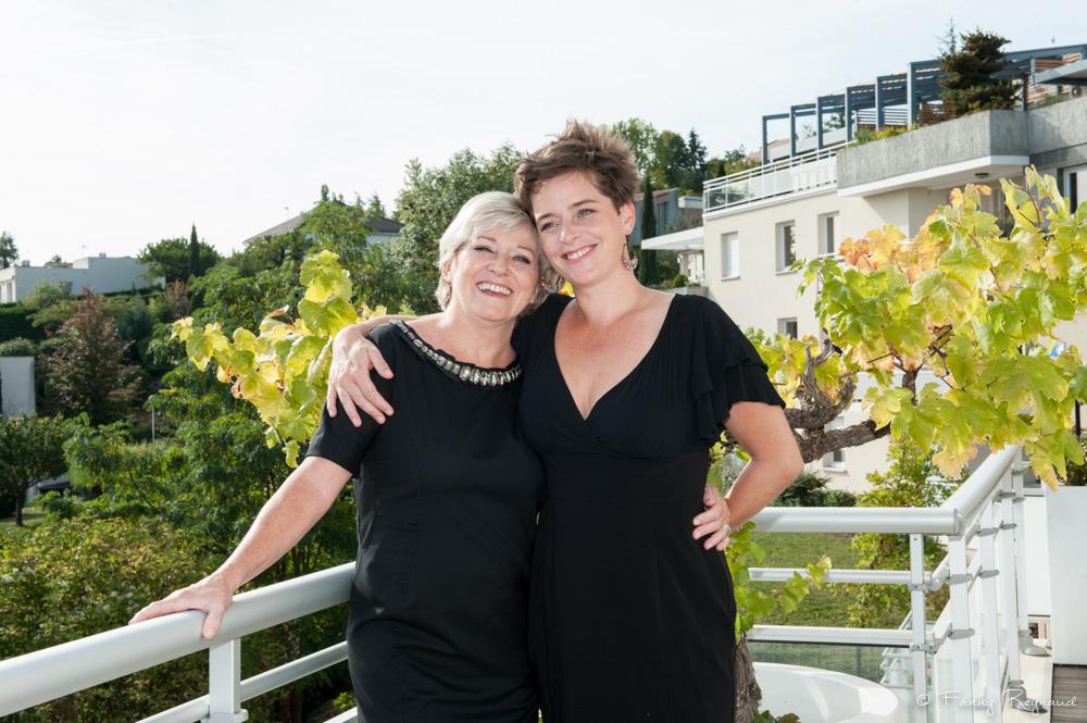 Photo d'une mère et sa fille lors d'un shooting à domicile dans les environs de clermont-ferrand dans le puy-de-dome (63). Séance de portraits à domicile par fanny reynaud, photographe professionnelle.