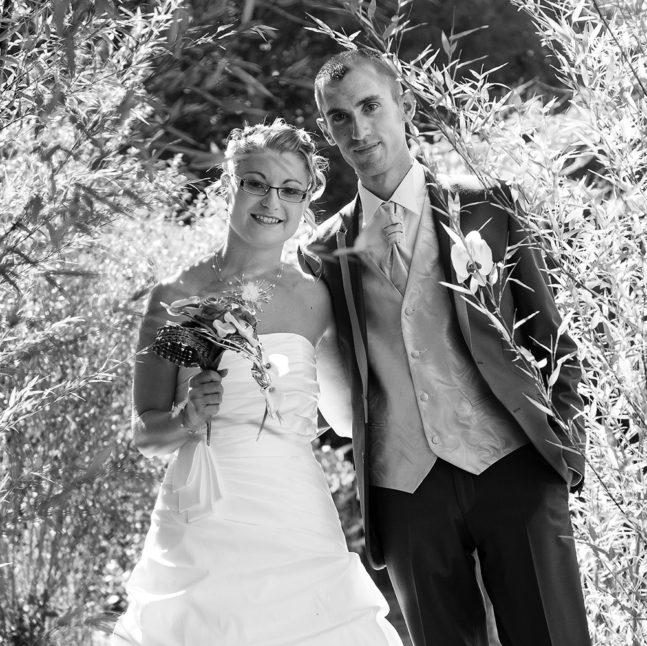 photo de couple de maries dans la nature en auvergne