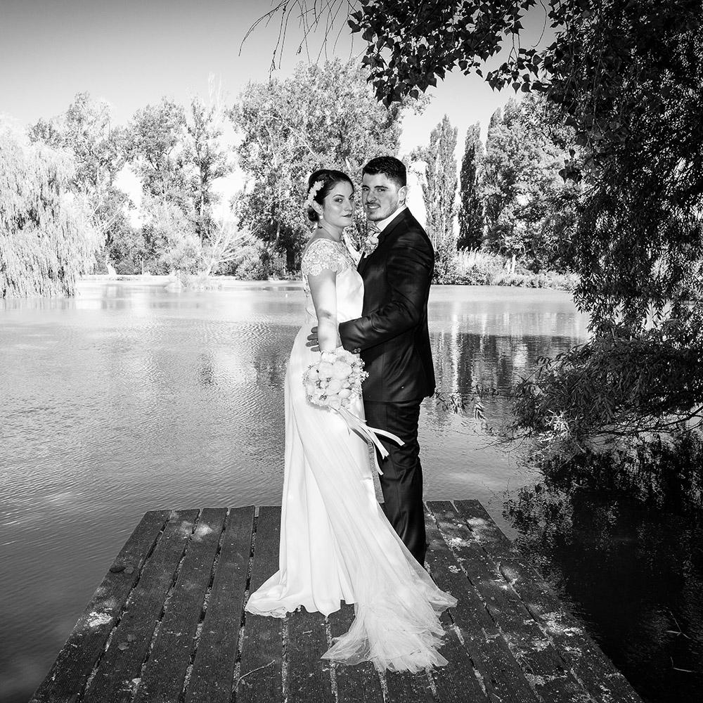 Mariage au val d'auzon a la roche blanche, photo de couple devant l'etang