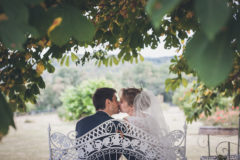 photo romantique d'un couple de maries au chateau de feligonde a sayat auvergne