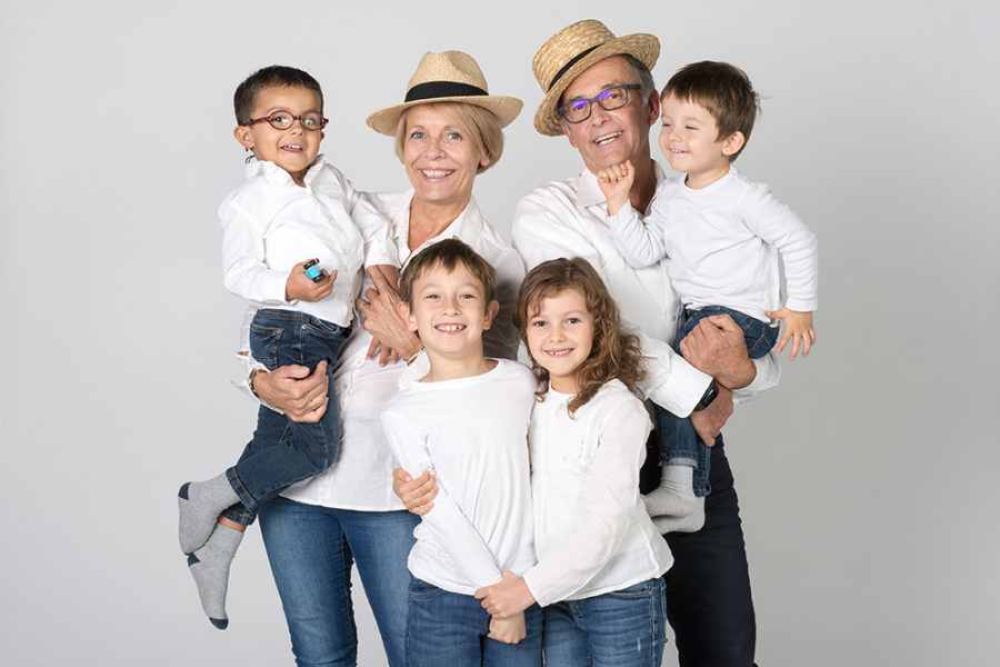 plusieurs generations reunies au studio pour une belle photo de famille