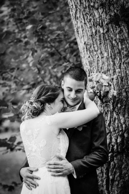 Photo d'un jeune couple complice au château de mireront, par fanny reynaud photographe professionnelle de mariage en auvergne