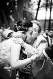un photographe professionnel sait saisir les plus belles emotions de votre mariage : la mariee avec sa grand mere au chateau de saulnat. Photographe mariage clermont ferrand