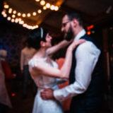 les maries dansant sous de petites lumières