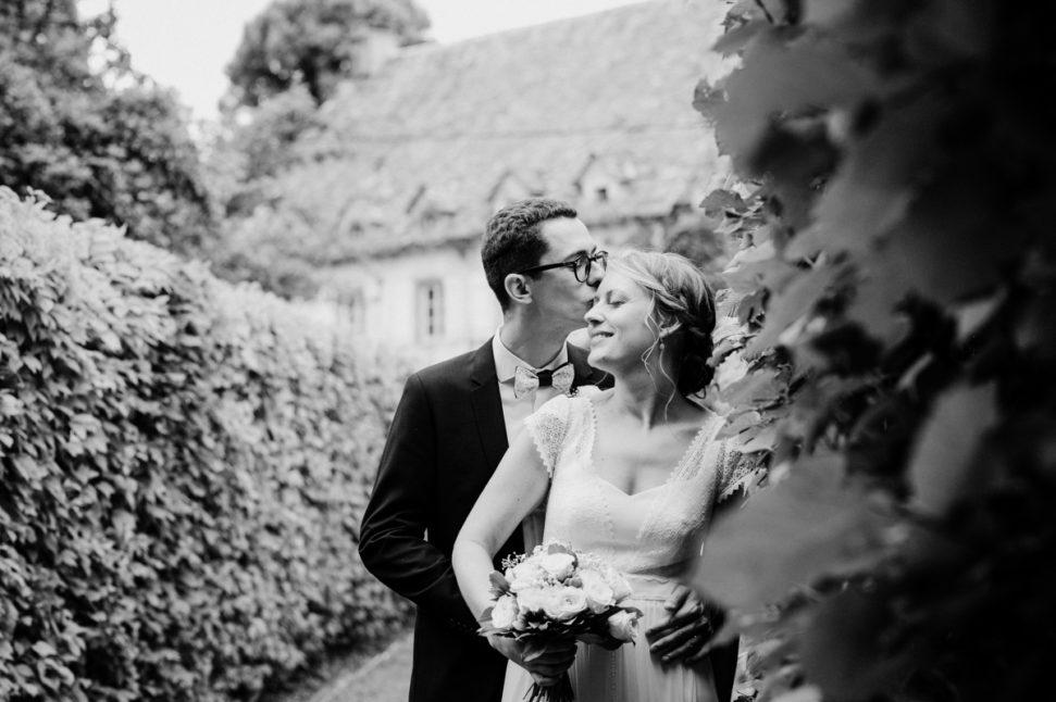 photo d'un couple de maries en auvergne par fanny reynaud photographe professionnelle du mariage
