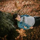 photographie d'une femme enceinte à l'automne dans la nature