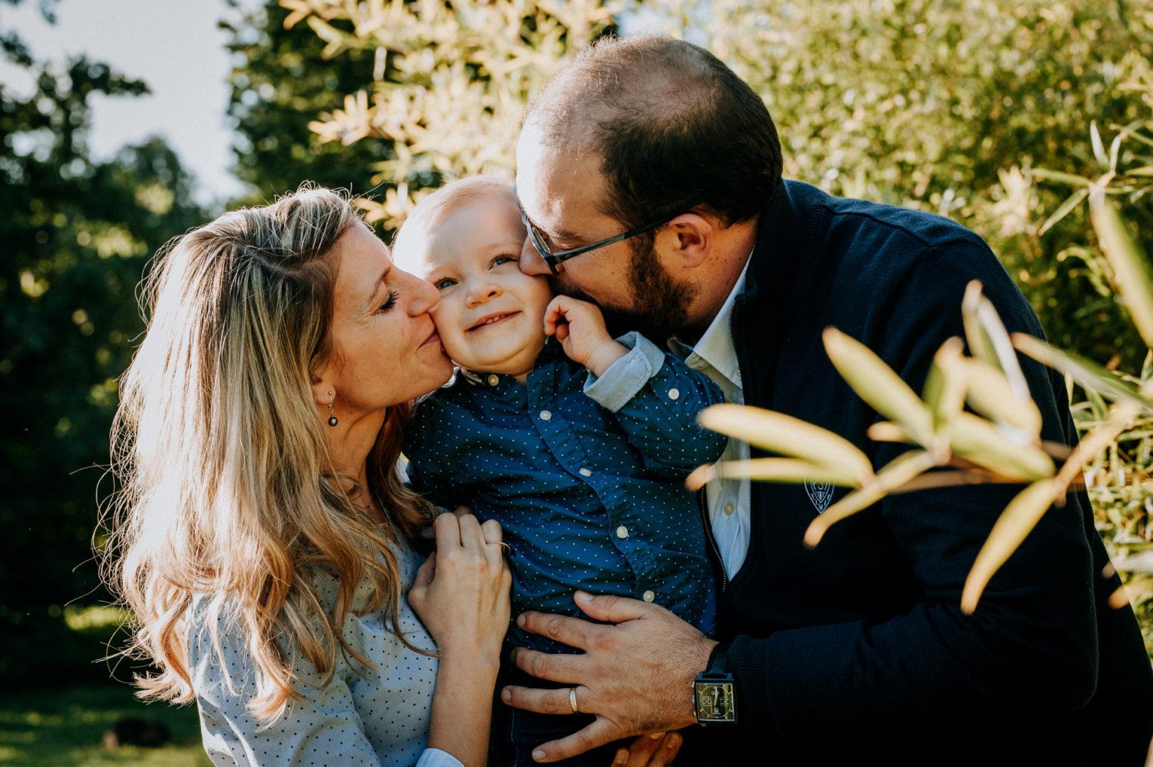 photographie professionnelle d'un enfant et ses parents au parc de cebazat pres de clermont ferrand