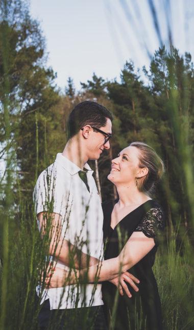 shooting couple dans la nature en auvergne par un photographe professionnel