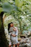 seance photo de couple dans la nature pres d'une riviere aux alentours de clermont ferrand par un photographe professionnel