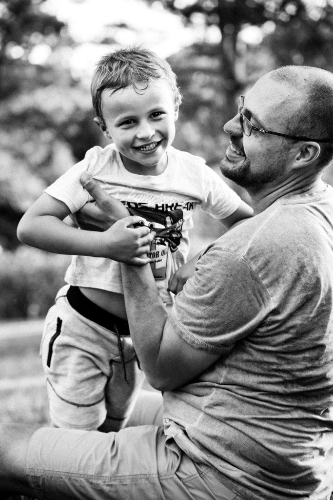 photo d'un papa avec son fils dans un parc à clermont ferrand par un photogrpahe professionnel