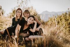 Seance photo d'une mere et ses deux grandes filles au plateau de gergovie pres de clermont ferrand par un photographe professionnel
