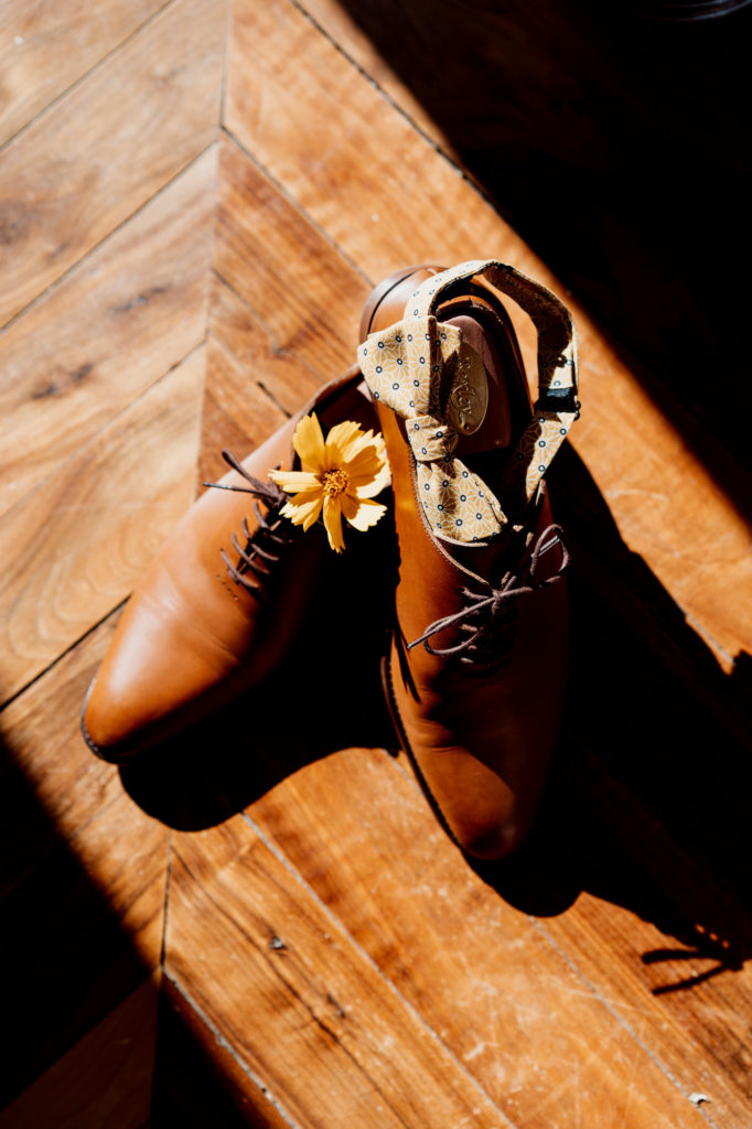 mise en valeur des accessoires du marie par un photographe professionnel en auvergne