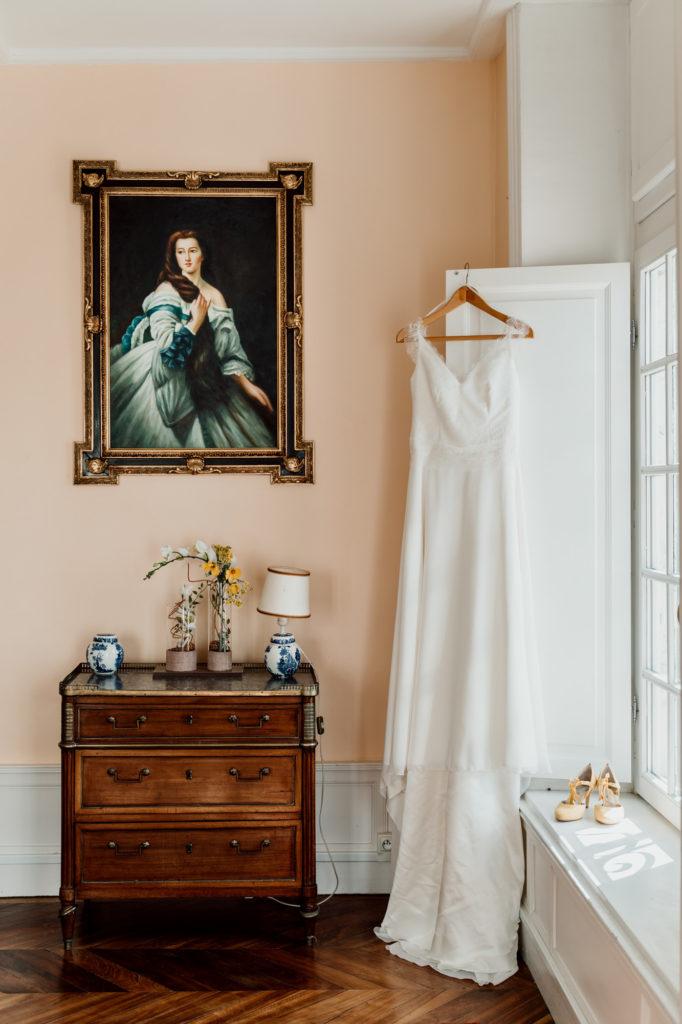 photographie mise en scene de la robe de la mariee au chateau de feligonde a sayat dans les chambres