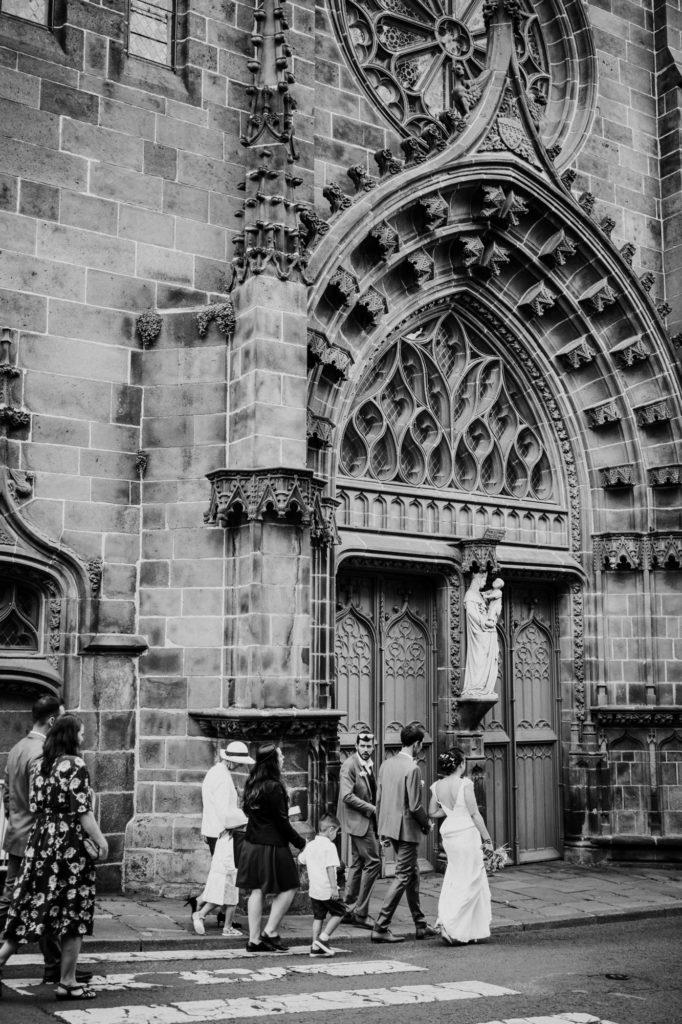 les mariés se dirigent vers l'église a riom, puy de dome, photographe professionnel auvergne