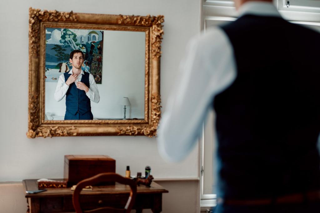 l'habillage du marie au chateau de feligonde a sayat, mariage decontracte