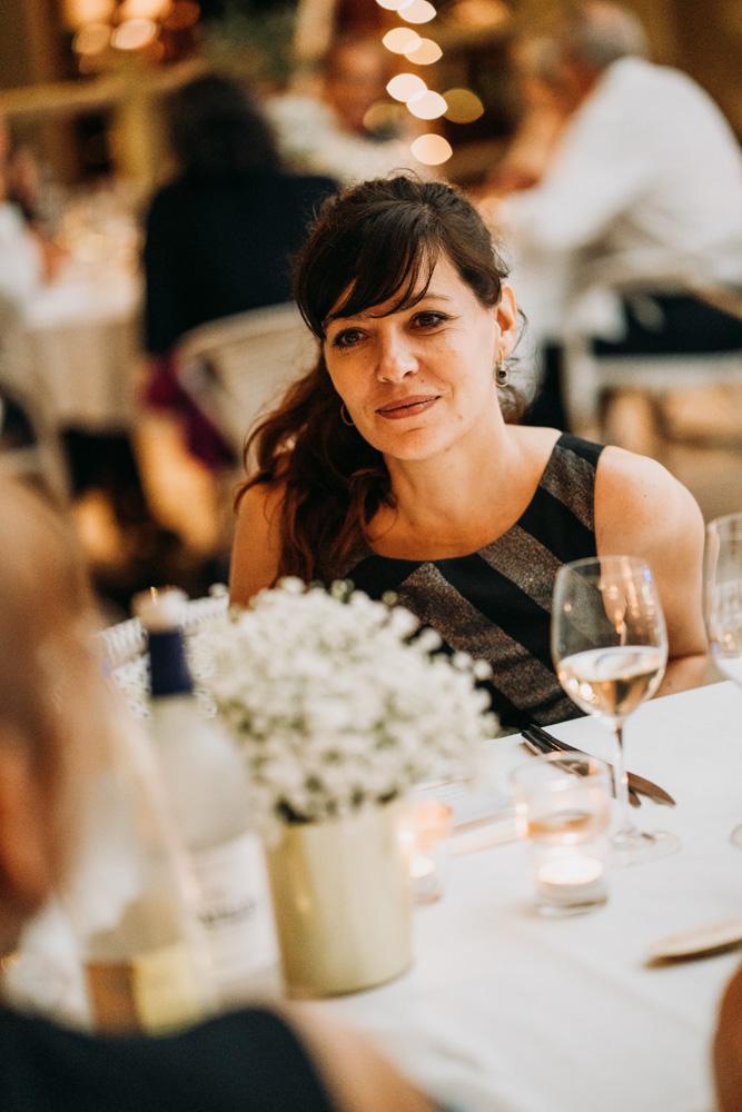 portrait lifestyle d'une invité pendant un mariage