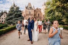 Chateau de Maulmont en auvergne, une photographie d'un groupe de mariage originale et décalée